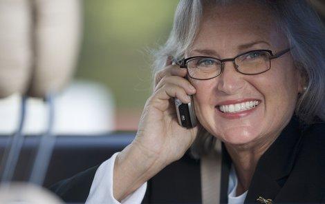 I když je mobil už pěknou řádku let běžnou elektronikou, některým - zvláště seniorům - stále dělá problémy jej správně ovládat
