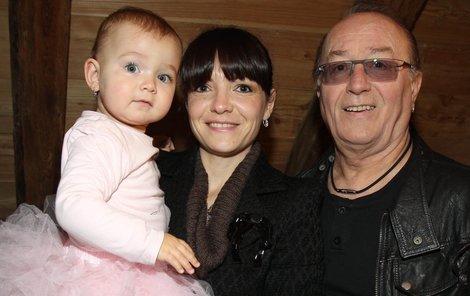 Petr Janda s manželkou Alicí a jejich první dcerkou Anežkou.