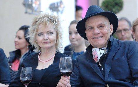 Jan Přeučil a Eva Hrušková dávají před typicky českým chatařením přednost bohémskému životu v kavárnách.