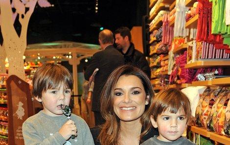 Alena Šeredová se synem Luisem Thomasem (5, vlevo) a Davidem Lee (3, vpravo).