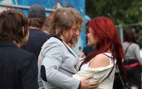 Klus k sobě Farnou přitiskl a vřele ji objal.