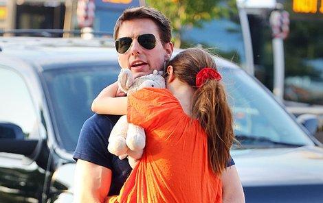Suri se drží tatínka jako klíště.