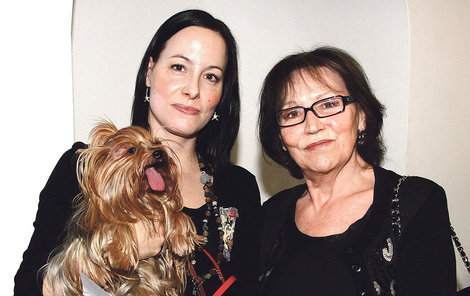 Marta s dcerou Kateřinou a jejich mazlíčkem.