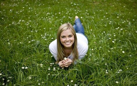 Poležení v trávě může mít nepříjemné následky – nakažené klíště vám pořádně znepříjemní život.
