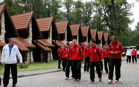 Čeští fotbalisté před ubikacemi.