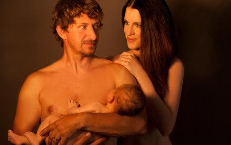 Rodičovská láska znázorněná naprosto přirozeně – bez ošacení.