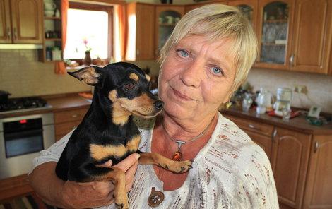 Jaroslava Obermaierová se svou fenkou pražského krysaříka Paris, kterou nadevše miluje a ona ji. Vozí ji s sebou občas i na natáčení nebo do divadla.