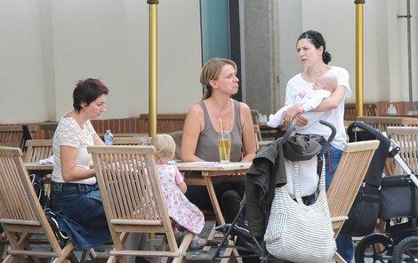 Ivana Chýlková (uprostřed) si velmi zkoumavým pohledem měří dítě Marthy Issové (vpravo). Na sedánku je i Simona Babčáková.