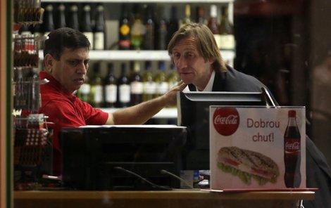 Antonín Duchoslav se dohadoval s prodavačem ve večerce.