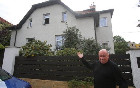 """""""Děkujeme hasičům i policistům za perfektní zásah. Zachránili nás i dům,"""" řekl včera před svou vilou Vítězslav Jandák."""