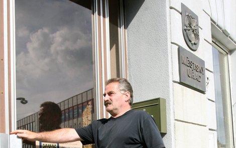 Jaroslav John přichází na úřad ve Zbirohu, kde mu určují práci.
