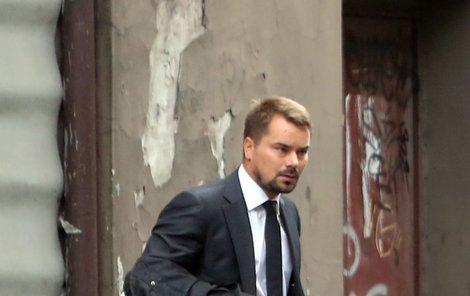 U advokáta si Dalík vyzvedl obleky, na futrálu se skvělo logo značky Boss – tam bez 25 tisíc kvádro nekoupíte.