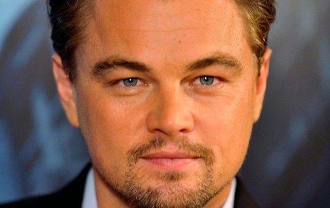 Leonardo DiCaprio pod stromečkem nenašel to, co potřeboval, a tak musel do obchodu vyrazit sám.