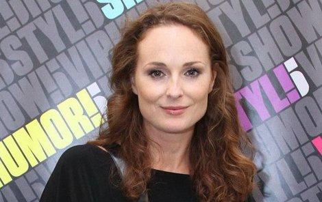 Herečka je jednou z mála žen, kterou ve společnosti nezradila minisukně.