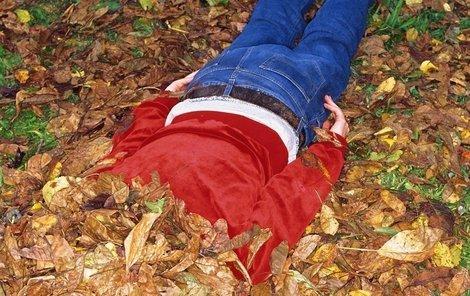 Tomášovo tělo leželo v lese v listí.