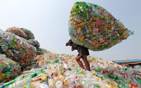 Miliony lahví denně vyprodukují domácností na celém světě. Tohle je skládka.