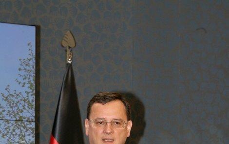 Premiér Petr Nečas tvrdí, že sKarta bude dobrovolná.