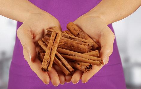 Aromatická kůra skořicovníku také pomáhá udržet normální hladinu cukru v krvi, a navíc bojuje proti kilům navíc.