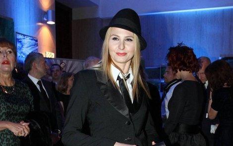 Ivana Gottová jako »švihák lázeňský«  Nosí Karlovy staré šaty ... c562955e72