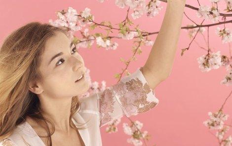Podle tradice by dnes měly svobodné dívky uříznout větvičku třešně. Pokud na štědrý den vykvete, dívka se do roka vdá.