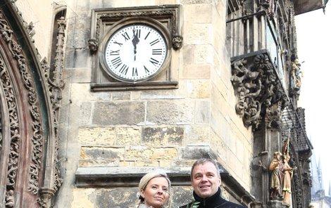 Bila dvanáctá hodina a novomanželé Benešovi z radnice vykročili do společného života.