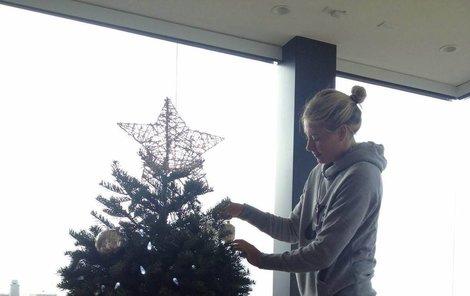 Maria zdobí stromečkem. Na tradice si potrpí.