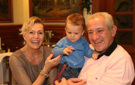 Šťastná rodinka: babička Helena, děda Martin a vnouček Denis.