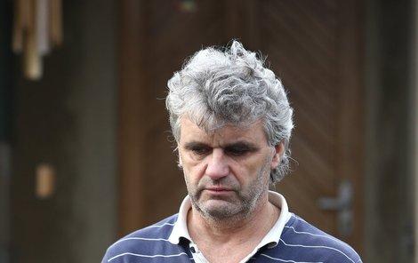 Václav Drobný starší stál před svým domkem pouze v tričku, trenýrkách a trepkách bez ponožek. Osudem zdeptaný otec mráz nevnímal, jako by mu otupil smysly.