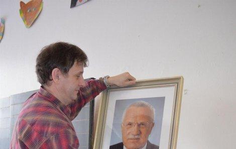Ředitel želechovické základky Michal Cholek sundává obraz s prezidentem.