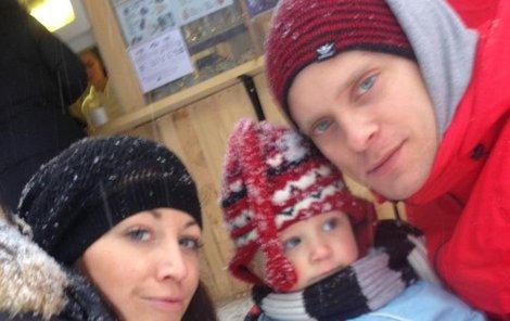 Agáta se svým štěstím chlubí, kde může. Teď už jsou s Prachařem a malým Kryšpínem dokonalá rodinka.