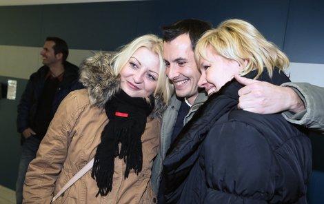 Na Martina čekala na letišti i přítelkyně s maminkou.