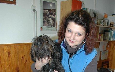 Zvěrolékařka Dagmar Caltová (36) poslouchá fonendoskopem fenku Coru. Má podezření, že se chřipka zkomplikovala a dostala zápal plic.