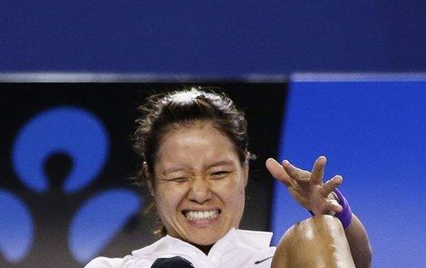 Číňanka Li Na po zranění kotníku.