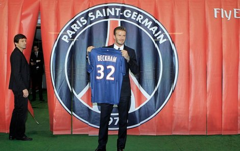 Beckham pózuje s dresem PSG.