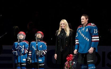 Milanu Hejdukovi asistovala při 1000. zápase v NHL manželka Zlata a devítiletí synové Marek (vlevo) s Davidem. Vyrostou i z nich hokejové hvězdy?