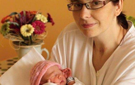 Poslankyně Hubáčková s Eliškou chvíli po porodu.