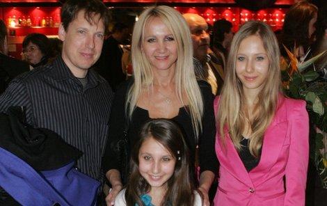 2013: Gross svoje finance vysvětluje nerad, místo toho ukazuje své srdcové dámy – manželku Šárku a dcery Denisu a Natálku (dole).