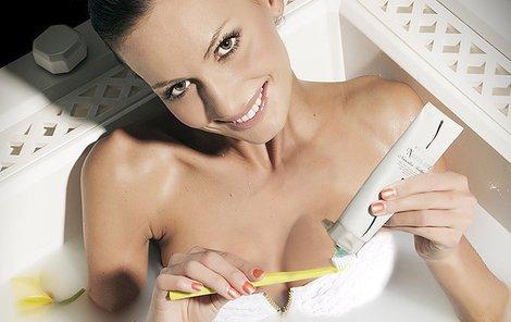 Elišce se ve vaně silikon dral zpod kůže.