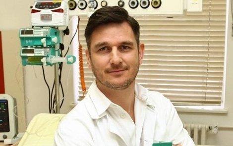 Lumír Olšovský jako onkolog Ludvík Kružik.