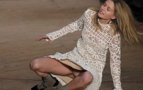 Jakou barvu kalhotek máme dnes?  New York, 2010  Přehlídka modelů značky Marc Jacobs se na chvilku změnila v ukázku módního prádla, které odhalila po svém pádu půvabná brunetka. Ani její jméno bohužel agentura nepřiložila.