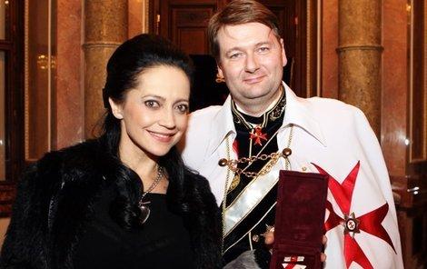 Lucie Bílá převzala za Jiřinu Jiráskovou rytířský řád.