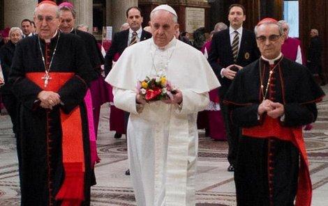 Papež musel obout své civilní polobotky.