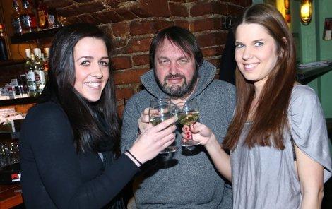 Kokta si užíval s brunetami na baru až do rána.