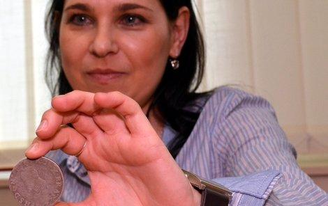 Dagmar Grossmannová ukazuje poklad stříbrných mincí, který byl ukryt v hliněném džbánu.