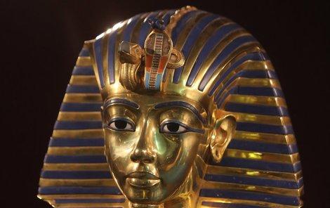 Tutanchamonova maska  Originál posmrtné masky byl naposledy vystaven v 80. letech a od té doby je v káhirském muzeu. Její replika není o nic méně působivá. Je 11 kilo těžká a na zadní straně má vyryta posvátná zaříkávadla.