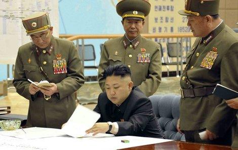 Kim konzultuje se svými generály, co sestřelit dřív. Za ním je mapa a mezi vyznačenými cíli jsou třeba Washington, Los Angeles anebo texaský Austin.