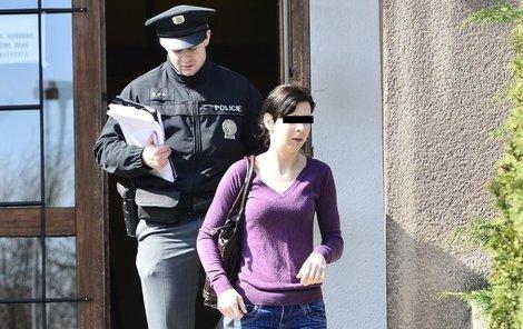 Matku si policie odvádí k výslechu