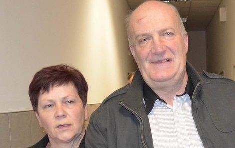 Učitel Miroslav K. opouští s manželkou soudní síň.