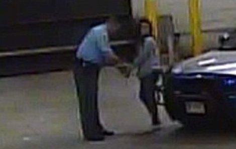 Fotku ze zatčení si Reese za rámeček nedá.