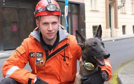 Filip Štrach se speciálně vycvičeným belgickým ovčákem Grysonem.
